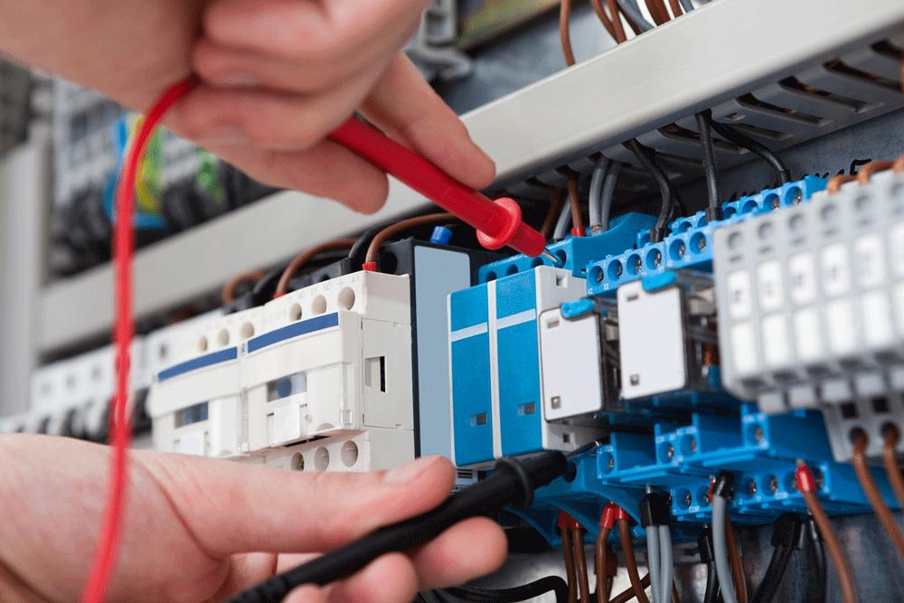 Electricien diagnostique le panneau d'électricité