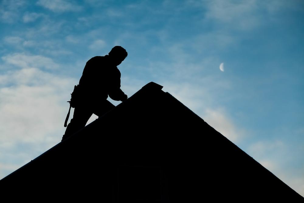 Ouvrier qui travaille sur la toiture